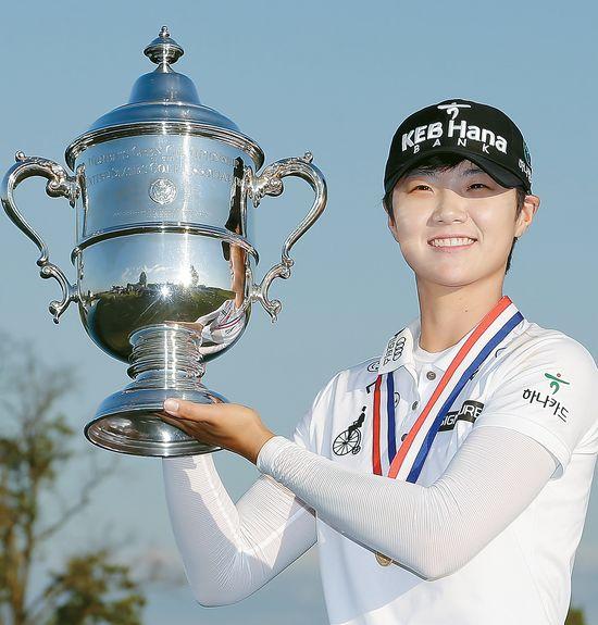 16일 뉴저지주에서 막을 내린 제72회 US여자오픈에서 LPGA 데뷔 첫승을 달성한 박성현이 18번홀 그린에서 은빛 찬란한 트로피를 든 채 포즈를 취하고 있다. [AP]