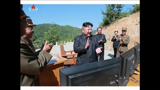 김정은 북한 노동당 위원장이 지난 4일 대륙간탄도미사일(ICBM)급 화성-14형의 성공적인 발사를 지켜보며 박수를 치고 있다. [사진 조선중앙TV]