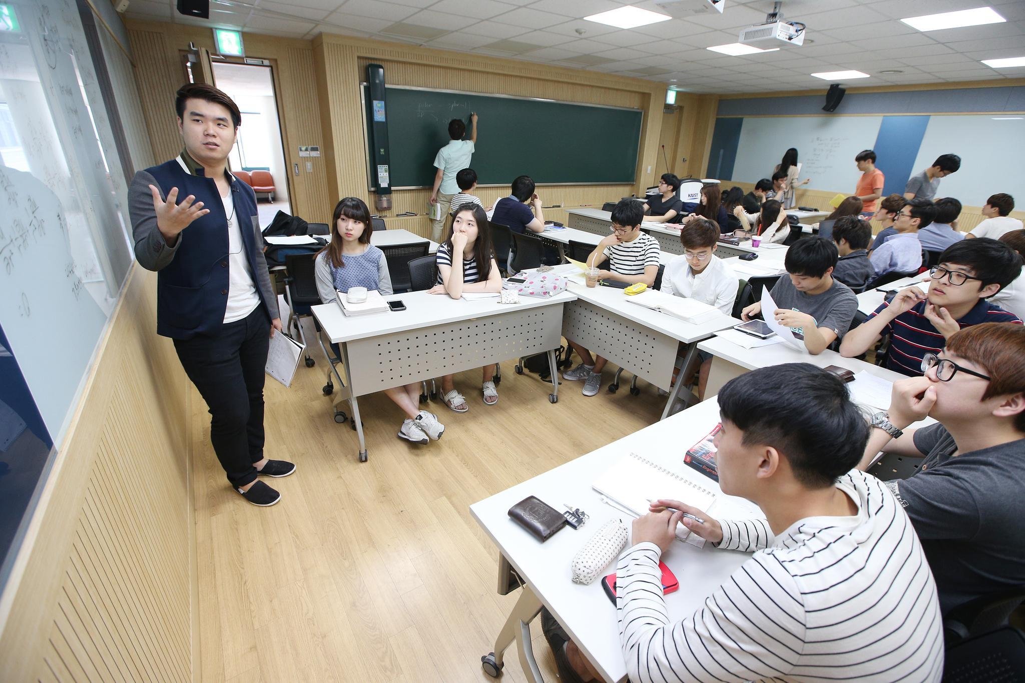 KAIST의 '에듀케이션 3.0' 수업 시간. 교실 세 벽면에 각각 마련된 칠판을 활용해 팀별로 발표·토론을 한다. [중앙포토]
