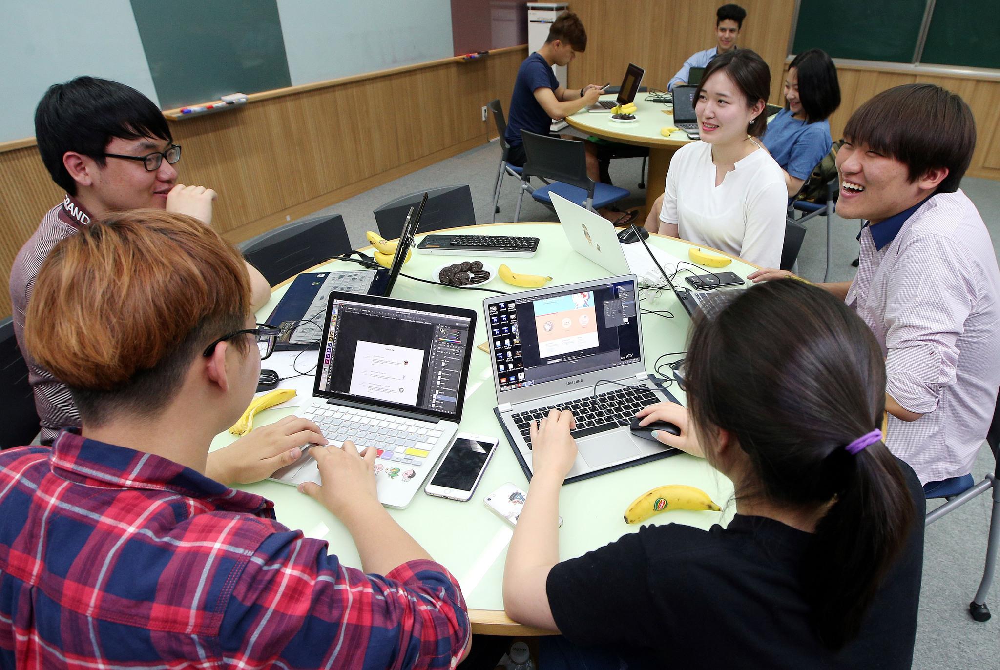 에듀케이션3.0 강의실에서 토론식 수업을 하는 KAIST 학생들. [중앙포토]
