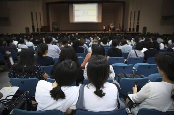 수험생들이 22일 서울 이화여대 대강당에서 수시모집 지원전략을 주의깊게 듣고 있다. 임현동 기자