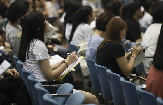 수험생이 22일 서울 이화여대 대강당에서 열린 수시모집 지원전략 설명회에 참석해 학교관계자의 설명을 메모하고 있다. 임현동 기자