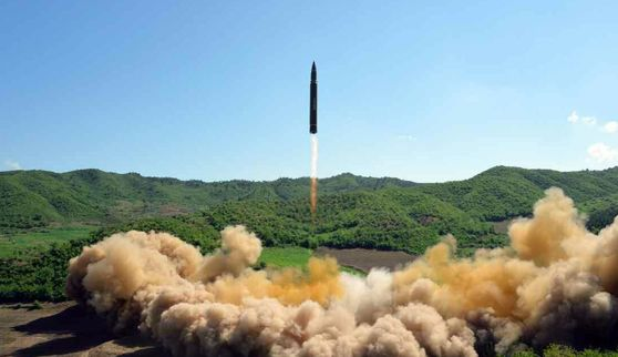 북한이 지난 4일 시험 발사한 대륙간탄도미사일(ICBM) '화성-14' 발사 장면. [사진 연합뉴스]