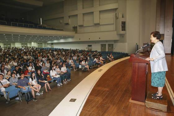 이화여대 김혜숙 총장이 22일 오후 서울 이화여대 대강당에서 열린 수시모집 지원전략 설명회에서 인사말을 하고 있다. 임현동 기자