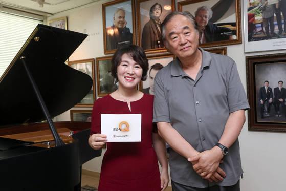피아니스트 백건우가 19일 서울 서초동 코스모스악기 스타인웨이홀에서 배양숙의 Q와 인터뷰했다. 사진 최정동 기자