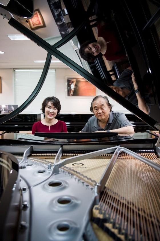 스타인웨이 피아노에 배양숙과 백건우가 앉아있다. [사진·프리랜서 권형진]