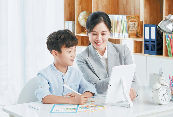 구몬학습이 개발한 신개념 학습지 스마트구몬은 K-펜과 K-지우개가 있어 종이 교재 중심의 기존 학습법을 유지할 수 있다.[사진 구몬학습]
