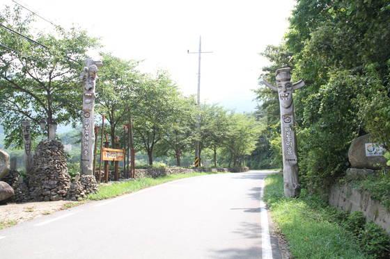 밀양꽃새미마을 초입 부분. 마을 주민들이 만든 장승과 돌탑 등이 마을까지 이어져 있다. 위성욱 기자