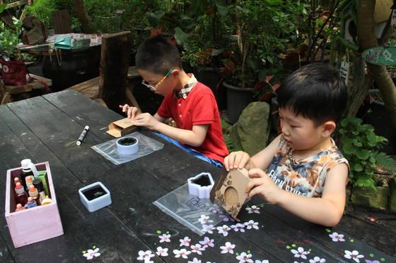 밀양꽃새미마을 참샘허브나라에서 아이들이 허브양초만들기 체험을 하고 있다. 위성욱 기자