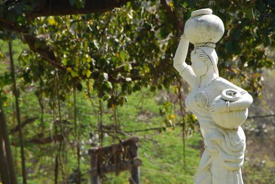 인도 산치의 박물관 뜰에 있던 조각상. 물항아리를 머리에 이고 허리에 찬 인도의 여인상이다.