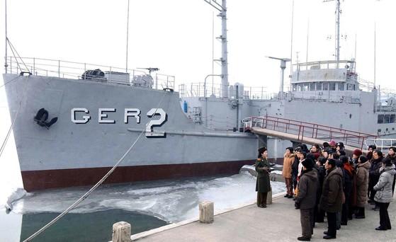 평양시민들이 대동강반에 전시돼 있는 미국 해군 정찰함 푸에블로호를 참관하고 있다. 이 함선은 1968년 1월 23일에 조선인민군 해군에 의해 나포된지 49년이 된다. [ 연합뉴스 ]