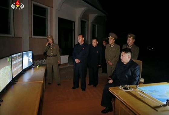 조선중앙TV는 29일 김정은 노동당 위원장이 28일 밤 실시한 대륙간탄도미사일(ICBM)급 '화성-14'형 미사일 2차 시험발사를 지켜보는 영상을 공개했다. [연합뉴스]
