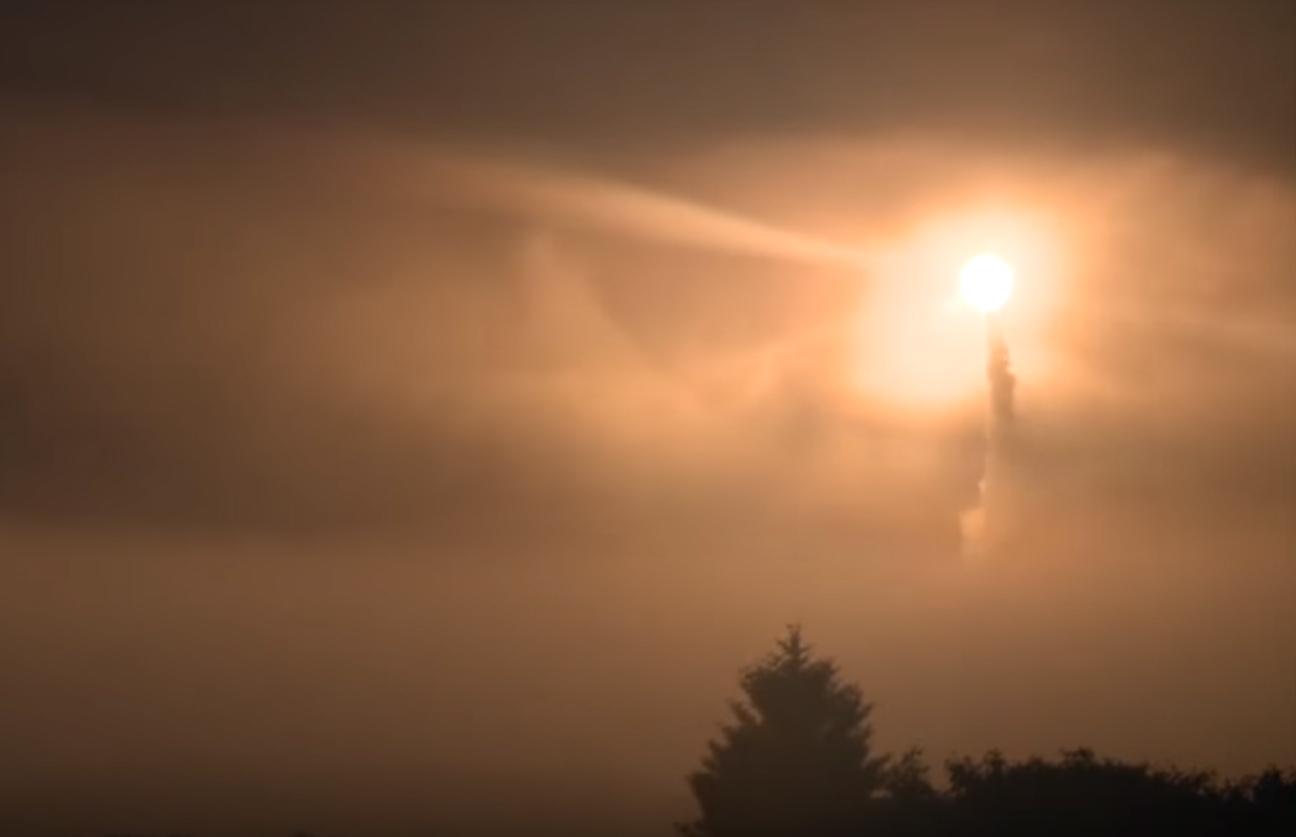 알래스카 사드기지에서 요격 미사일이 날아오는 미사일을 향해 발사되고 있다. [유튜브 캡쳐]