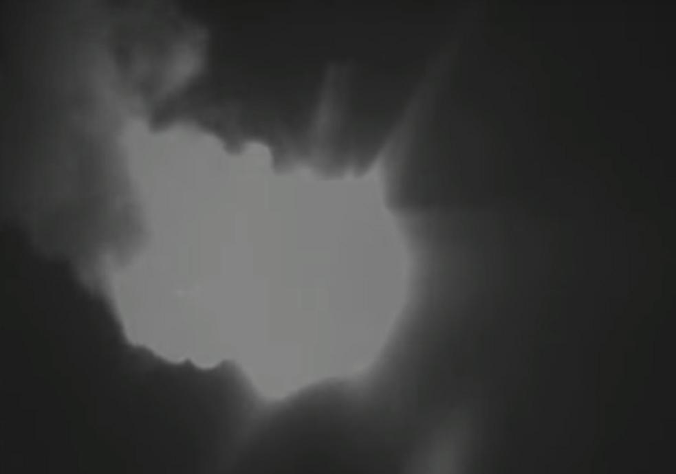 투하된 미사일이 불꽃을 내뿜으며 날아가고 있다. [유튜브 캡쳐]