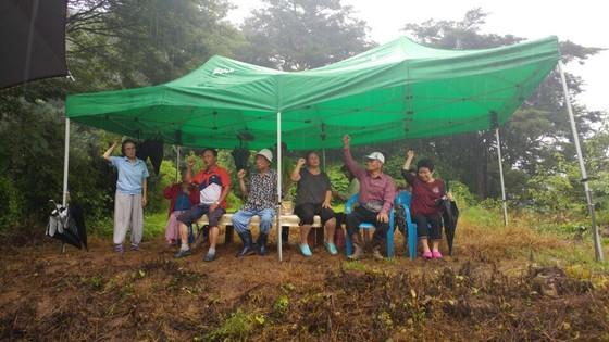 충북 제천시 봉양읍 학산리 묘재마을 주민들이 지난달 28일 누드펜션 입구에서 시위를 하고 있다. [사진 독자제공]