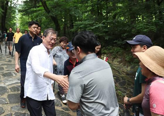 지난달 31일 오전 휴가 2일차인 문재인 대통령은 오대산 상원사길을 걸었다. 길을 걸으며 시민들과 기념사진과 인사를 나누고 있다. [사진=청와대]