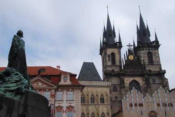 체코 프라하의 광장에 있는 얀 후스의 동상. 후스가 죽자 체코(당시 보헤미아)에서는 오히려 후스의 지향을 따르는 후스파가 교회의 주류가 되었다. 1419~36년 양측이 대립하는 후스 전쟁이 발발했다.