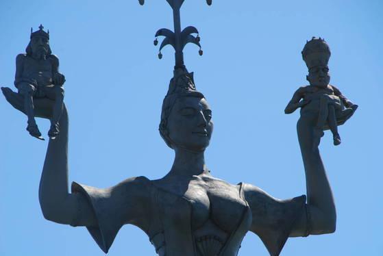 콘스탄스 호숫가의 동상. 당대 최고의 미녀로 꼽히던 창녀의 왼손에는 교황이, 오른손에는 황제가 앉아 있다. 둘 다 벌거벗은 상태다. 황제는 머리에 왕관을, 교황은 초월적 권위를 상징하는 삼층관을 쓰고 있다.