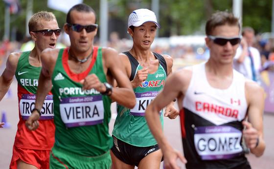 2012년 8월 런던올림픽 당시 육상 남자 경보 20km에서 레이스를 펼치는 김현섭(오른쪽 둘째). [올림픽사진공동취재단]