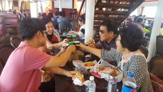 '브라보~'3대가 오랜만에 모여 선상 치맥을 즐기는 정옥주(맨 오른쪽)씨 가족. 최은경 기자