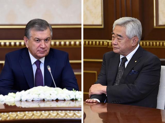 샤브카트 미르지요예프(오른쪽) 우즈베키스탄 대통령이 집무실에서 조정원 세계태권도연맹 총재를 만나고 있다. 세계태권도연맹 제공