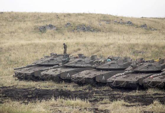 이스라엘군의 공격에 대한 반격으로 이란군은 골란고원 이스라엘군 초소에 로켓 20여발을 발사한 것으로 전해졌다. 골란고원의 이스라엘군 탱크. [EPA=연합뉴스]