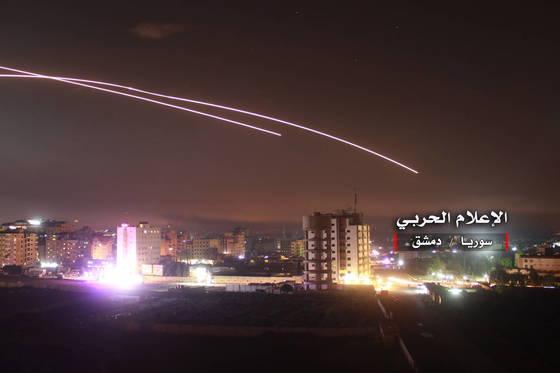 시리아 군 매체는 이스라엘군이 발사한 미사일 일부를 격추시켰다며 관련 사진을 공개했다. [EPA=연합뉴스]
