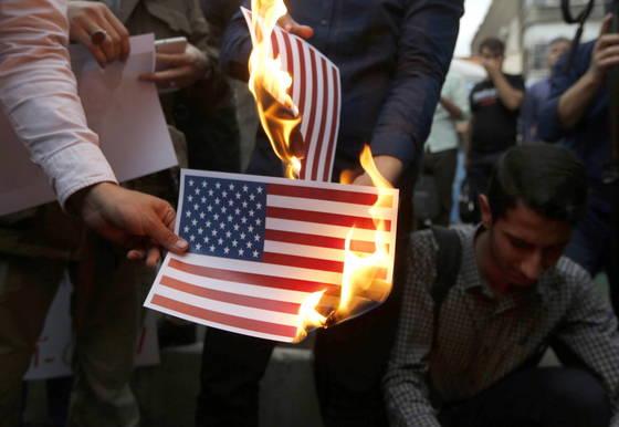 도널드 트럼프 미 대통령이 이란 핵합의 탈퇴를 발표한 이후 테헤란 미 대사관 인근에서 이란 주민들이 반미 시위를 벌이고 있다. [EPA=연합뉴스]