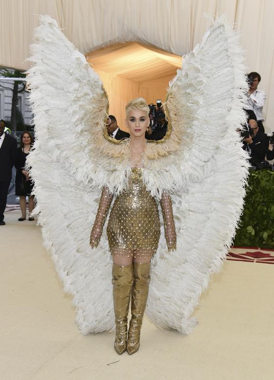 7일 뉴욕에서 열린 메트 갈라에 날개가 달린 베르사체 의상을 입고 등장한 케이티 페리. [AP=연합뉴스]