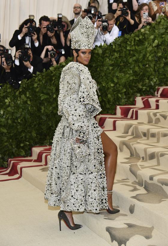 지난 7일 열린 메트 갈라에 참석한 리아나. '천상의 몸: 패션과 가톨릭의 상상력'이라는 주제에 맞춰 주교관 같은 모자를 쓰고 등장했다. 그가 입은 가운은 마르지엘라가 디자인했다. [AP=연합뉴스]