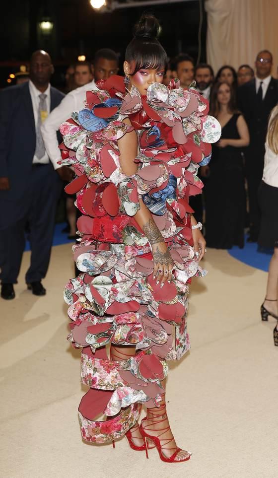 2017년 메트 갈라의 주제였던 일본 디자이너 레이 카아쿠보의 드레스를 입은 리아나. 생존하는 디자이너를 주제로 삼은 건 처음이었다. [로이터=연합뉴스]