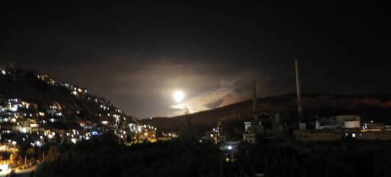 이스라엘군이 시리아내 이란 기반시설에 대한 폭격에 나서자 시리아 정부군의 방공 미사일이 발사되고 있다. [EPA=연합뉴스]