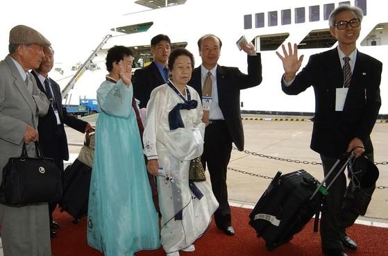 2002년 9월 남북이산가족상봉 당시 남측 가족들이 속초항에서 설레는 마음으로 설봉호에 승선하는 모습.[중앙포토]