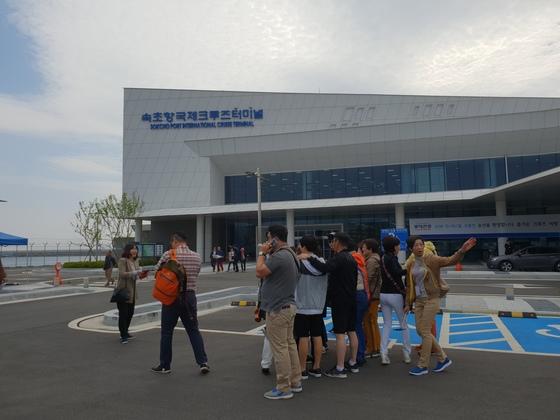 코스타 세라니호에서 내린 관광객들이 속초항국제크루즈터미널 앞에서 기념 사진을 찍고 있다. 박진호 기자