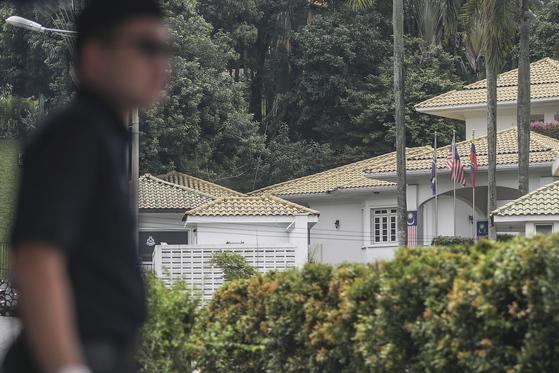 13일(현지시간) 말레이시아 쿠알라룸푸르의 나집 라작 전 총리 자택 인근에서 경찰이 삼엄한 경계를 서고 있다. 말레이시아 당국은 전날 나집 전 총리와 그의 부인 로스마 여사에 대해 출국금지 조치를 했다. [EPA=연합뉴스]