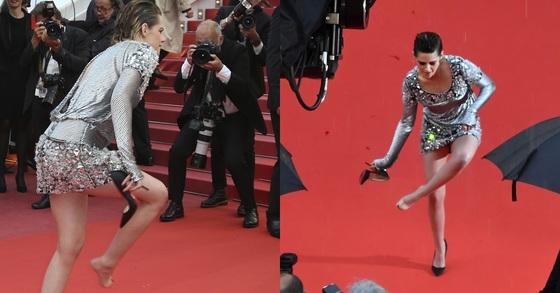 할리우드 배우 크리스틴 스튜어트가 14일(현지시각) 제71회 칸 국제영화제가 열리는 프랑스 뤼미에르 극장 앞 레드카펫에서 하이힐을 벗는 퍼포먼스를 펼쳤다. [AP=연합뉴스]