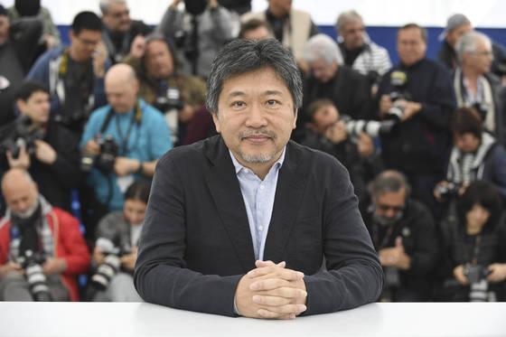 칸영화제에 초청된 고레에다 히로카즈 감독이 14일(현지시간) 사진기자들 앞에 섰다. [AP=연합뉴스]