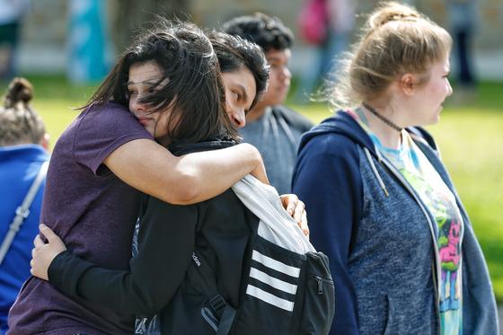 18일 미국 텍사스주 산타페 고등학교에서 총격 사건이 발생해 최소 8명이 사망했다. 사건을 전해듣고 학교로 달려온 학부모가 학생을 진정시키고 있다. [AP=연합뉴스]