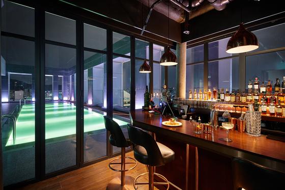 지난 1일 젊음의 거리 홍대에 개장한 호텔 L7 홍대의 루프톱 수영장. [사진 L7 홍대]