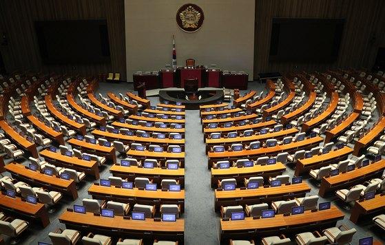 국회가 드루킹 특검법과 추가경정예산안(추경)을 본회의에서 처리하기로 한 18일 오후 서울 여의도 국회 본회의장이 텅 비어 있다. [뉴스1]