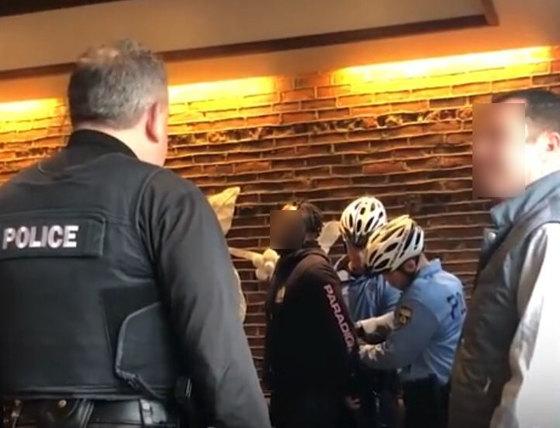 미국 필라델피아의 한 스타벅스 매장서 흑인 남성을 체포하는 경찰 모습. [사진 유튜브 영상 캡처]