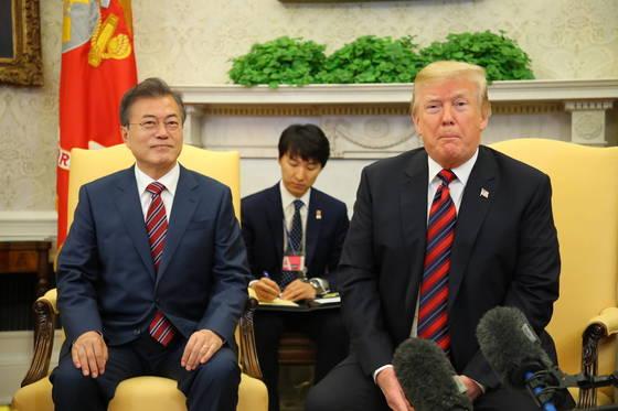 넥타이·방명록…文 두번의 백악관 방문에 나타난 공통점