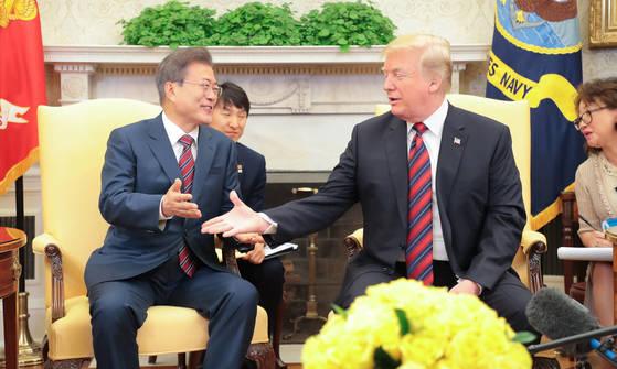 한미정상회담차 미국을 방문중인 문재인 대통령이 22일 오전(현지시간) 백악관 오벌오피스에서 미국 트럼프 대통령과 정상회담을 갖고 현안에 대해 논의 했다.