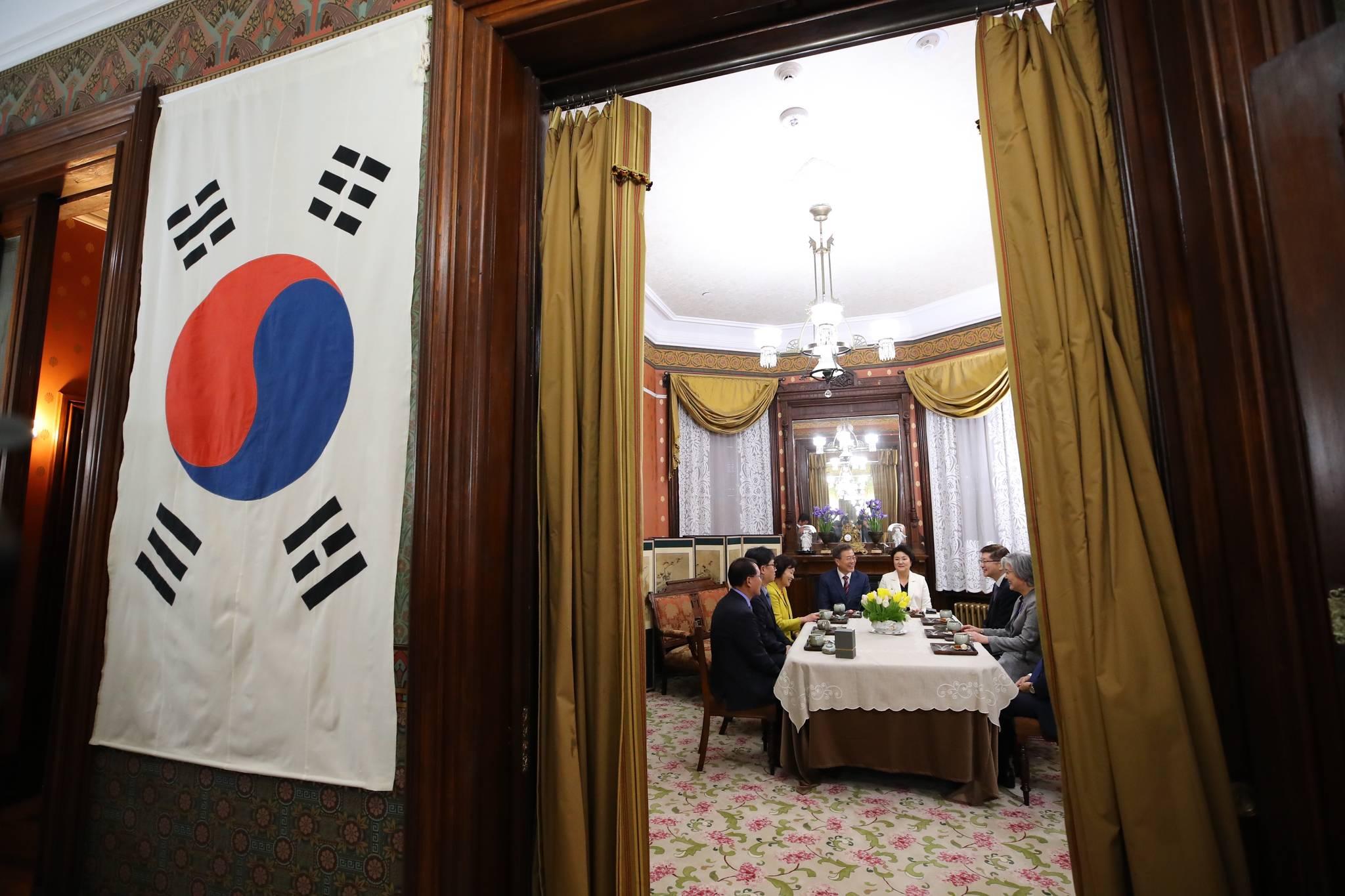 공사관 내부에 걸려있는 태극기. 1905년 을사늑약으로 외교권을 잃으며 공관은 폐쇄된 이후 113년 만에 태극기가 걸렸다. 김상선 기자