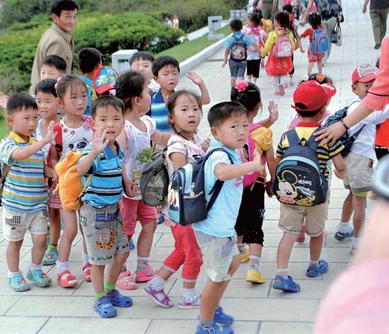 2014년 평양 어린이들도 미키마우스 캐릭터 가방을 멘 모습이 포착됐다. / 사진제공·스티브 슈이트