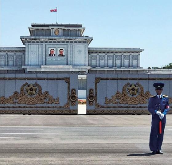 평양 금수산궁전 앞을 지키는 북한 경찰. 당초 의사당을 궁전으로 재명명한 것은 개인 우상화의 일환으로 이해된다.