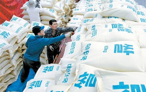 2007년 8월 30일 군산항에서 인부들이 북한으로 보낼 쌀 3000t을 베트남 선적 롱슌엔호(號)에 싣고 있다.