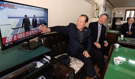 남북 정상회담이 열린 4월 27일 대전 중구 평안남도 도민회 이산가족들이 TV 화면을 지켜보고 있다. / 사진:김성태