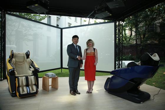 박상현 바디프랜드 대표(왼쪽)와 카티아 바시 람보르기니 최고마케팅책임자가 지난달 31일 밀라노에서 열린 론칭쇼에 참석해 포즈를 취하고 있다. [사진 바디프랜드]