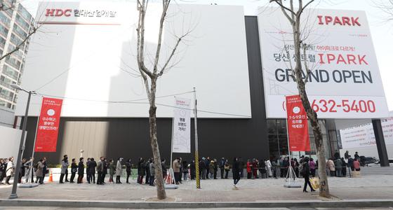 지난 3월 서울 영등포구 당산동 상아현대아파트 재건축 아파트인 '당산 센트럴 아이파크' 견본주택 전시장을 찾은 시민들이 입장하기 위해 줄지어 기다리고 있다. [뉴스1]